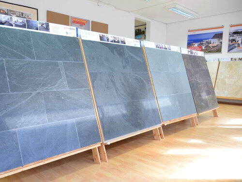 Mehrere Tafeln mit Schiefer nebeneinander